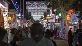 Multidão de povos anônimos que andam na rua ocupada durante o festival da féria, 10 da cidade 11 2017 Malaga, Espanha vídeos de arquivo