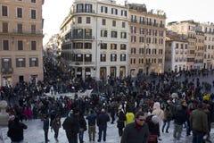A multidão de povos em Praça di Spagna esquadra em Roma Fotografia de Stock Royalty Free
