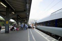 Multidão de povos em um estação de caminhos-de-ferro Imagens de Stock