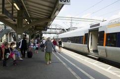 Multidão de povos em um estação de caminhos-de-ferro Fotos de Stock