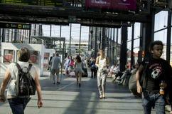 Multidão de povos em um estação de caminhos-de-ferro Fotografia de Stock Royalty Free