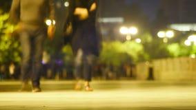 A multidão de povos está andando ao longo da rua da noite Lapso de tempo filme