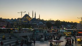 A multidão de povos está andando no bazar de Eminonu na cidade de Istambul, Turquia vídeos de arquivo