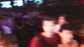 A multidão de povos está no partido no clube noturno e aplaude na mostra entertainment audiências Sorriso filme