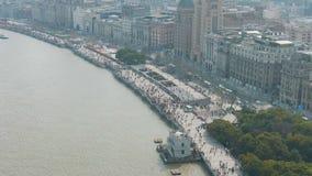 Multidão de povos na margem da barreira Cidade de Shanghai, China Tiro a?reo filme