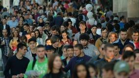 Multidão de povos na rua vídeos de arquivo