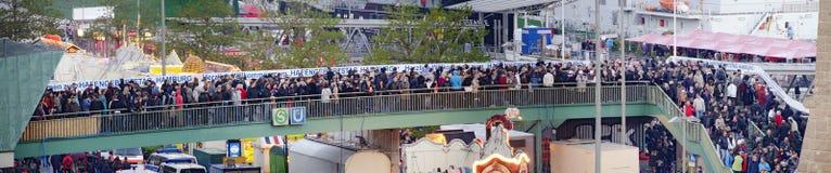 Multidão de povos no acesso ao nascimento do porto Imagem de Stock Royalty Free