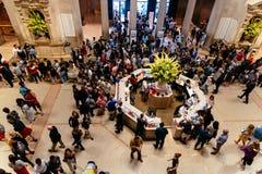 Multidão de povos no salão principal do museu de arte metropolitano foto de stock