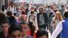 Multidão de povos que andam as ruas Istambul/Taksim/Istiklal/April/2016 filme