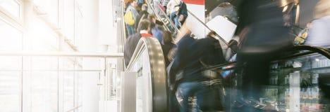 Multidão de povos que apressam-se em uma escada rolante em um shopping Foto de Stock