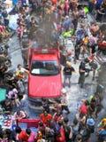 Multidão de povos que comemoram o festival tradicional do ano novo de Songkran Imagens de Stock