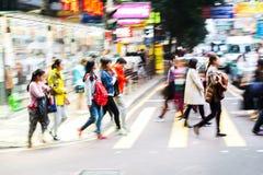 Multidão de povos que cruzam uma rua em Hong Kong Fotografia de Stock Royalty Free