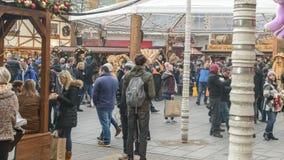 Multidão de povos que relaxam no mercado do Natal Fotografia de Stock