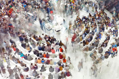 Multidão de povos que sentam-se ao redor no ponto de encontro Foto de Stock