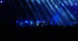 Multidão de salto no concerto vídeos de arquivo