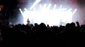 Multidão de shor dos povos de trás durante um concerto de rocha vídeos de arquivo