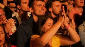 A multidão de sorriso feliz do fã do close up do movimento lento aprecia o desempenho vídeos de arquivo
