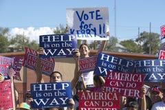 Multidão de suportes de Kerry Campaign do nativo americano fora com sinais, Gallup, nanômetro foto de stock