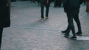 A multidão de transeuntes vai ao longo da avenida da rua Ideia dos pés humanos nas sapatas filme