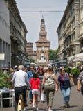 A multidão de turistas dá uma volta na rua de Dante fotos de stock