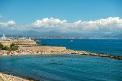 Multidão de turistas na praia imagem de stock