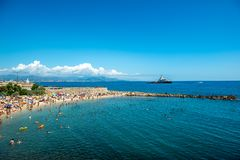 Multidão de turistas na praia fotografia de stock