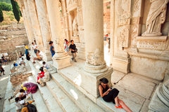 Multidão de turistas que têm o resto em escadas da biblioteca de Celsus da cidade Grego-romana Foto de Stock Royalty Free