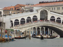 Multidão de turistas sobre a ponte de Rialto em Veneza, Itália Imagens de Stock