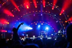 Multidão de ventiladores em um concerto Imagens de Stock
