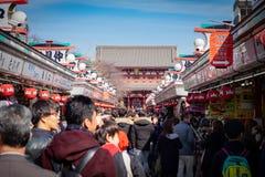 Multidão de viajantes no templo de Senso-ji foto de stock