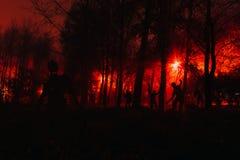 Multidão de zombis com fome nas madeiras Foto de Stock