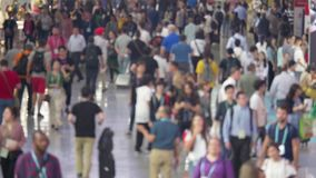 Multidão Defocused dos povos que move-se no terminal de aeroporto vídeos de arquivo