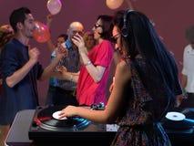 Multidão divertido do DJ da mulher no clube de noite Imagens de Stock Royalty Free