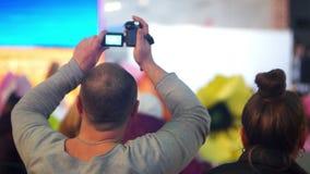 Multidão do concerto do homem da câmera video estoque