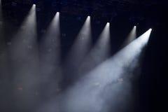Multidão do concerto na frente das luzes brilhantes da fase imagem de stock royalty free