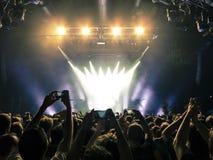Multidão do concerto na frente das luzes da fase imagens de stock
