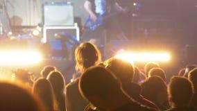 Multidão do concerto no festival de música Concerto de rocha de dança dos povos da multidão filme