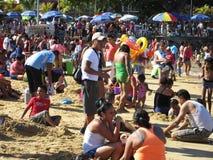 Multidão do dia de Natal na praia púbica de Acapulco foto de stock