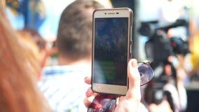 Multidão do smartphone dos povos video estoque
