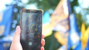 Multidão do smartphone dos povos vídeos de arquivo