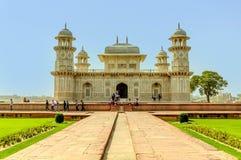 Multidão do turista na frente do bebê Taj Mahal fotografia de stock royalty free