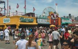 Coney Island feriado multidão New York julho 2011 Fotografia de Stock Royalty Free