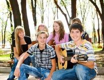 Multidão dos adolescentes no parque Fotografia de Stock