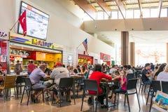 Multidão dos povos que come o fast food Fotografia de Stock