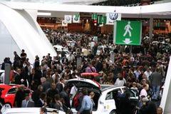A multidão durante a mostra de motor 2008 de Paris Imagens de Stock Royalty Free