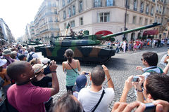 Multidão em torno do tanque Fotos de Stock Royalty Free