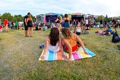 A multidão em um concerto no festival de música de Dcode fotos de stock