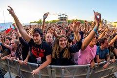 A multidão em um concerto no festival de música de Dcode fotos de stock royalty free