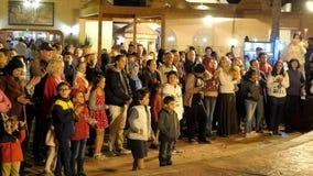 Multidão em um pátio iluminado video estoque