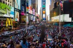 Multidão enorme dos turistas de quadrado às vezes visto do bleacher imagem de stock